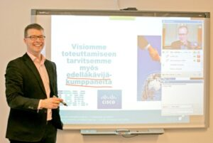 """Hill-verkkoyhteys on saanut nimensä sanoista """"Huittisten interaktiivinen luentojen levitysjärjestelmä"""". Kuvassa koulutusjohtaja Timo Mattila."""