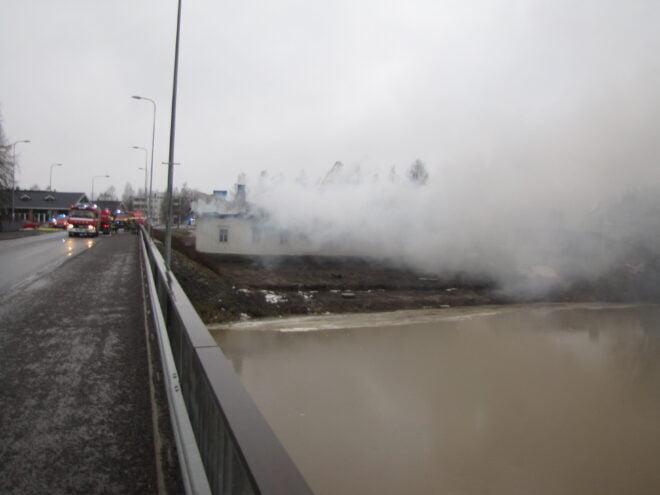 Tulipalosta levisi runsaasti savua keskustan alueelle.