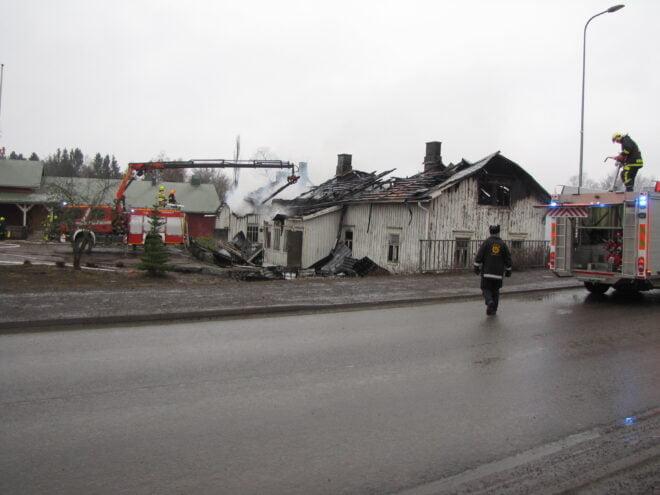 Vanha talo tuhoutui tulipalossa varhain sunnuntaiaamuna Huittisissa.