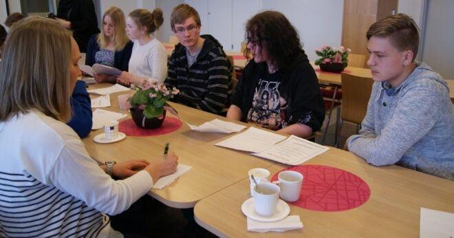 Sarkia-lukion Atte Virtanen sekä Äetsän koulun Jasper Ruusunen ja Miikka Oinonen kertoivat mielipiteitään kouluruoasta. Kuunteluoppilaana Servin ravitsemusterapeutti Mari Nikkanen.