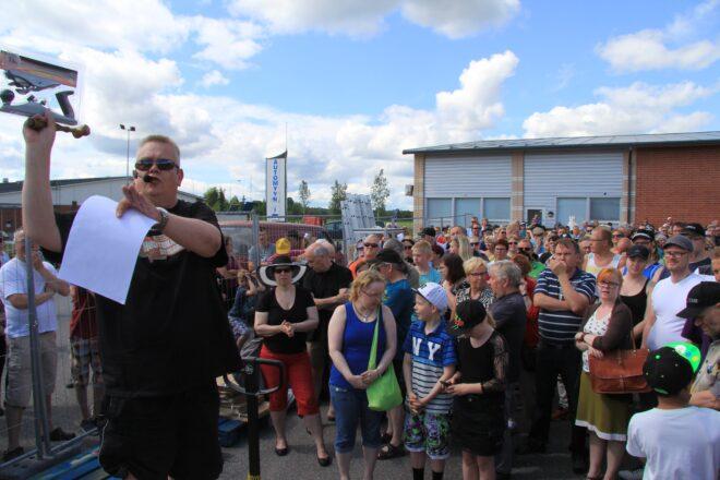 Sadat ihmiset olivat saapuneet seuraamaan Suomen Huutokauppakeisarin meklaroimaa huutokauppaa.
