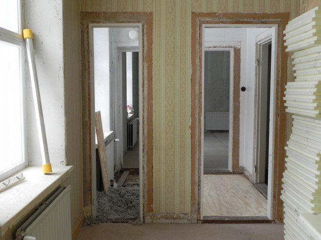 Vanhassa pappilassa on monia mielenkiintoisia aikansa ilmiöitä, jotka jätetään näkyviin. Isommasta ovesta kulki herrasväki, pienempi ovi oli tarkoitettu piioille.