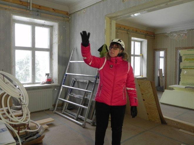 Projektipäällikkönä hankkeessa toimiva Kirsi-Marja Nieminen kertoo, että alaslasketut katot on purettu ja alkuperäiset katot korjataan.